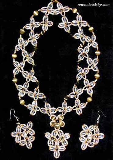 Продаю красивые ожерелья из бисера и чехол для телефона.