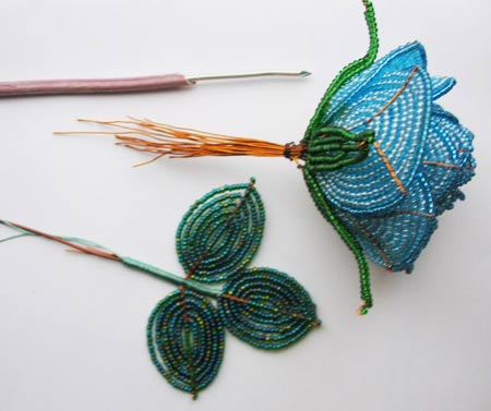 Плетение розы из бисера (смотреть видео урок онлайн) .